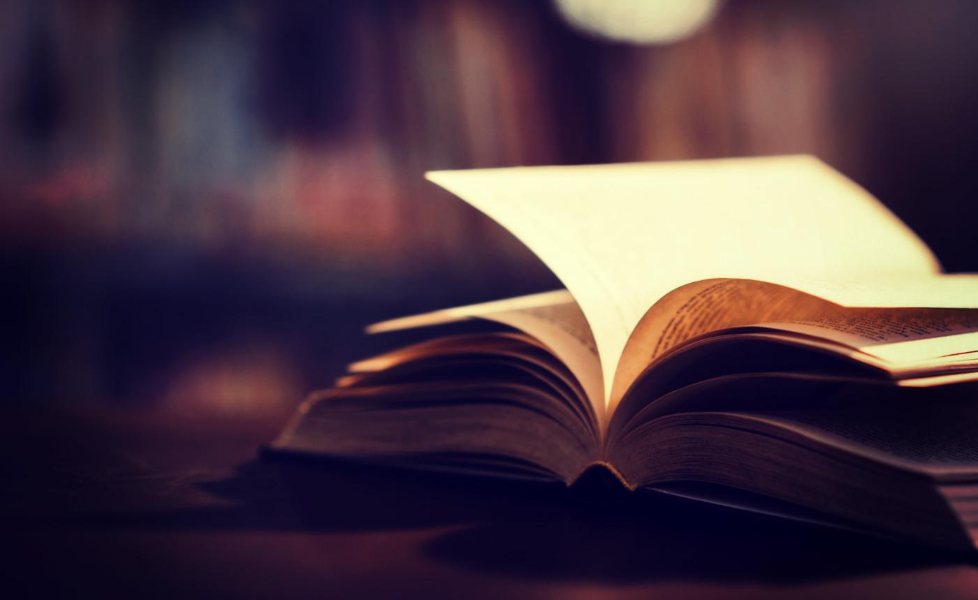 Livre biographique ouvert dans une bibliothèque